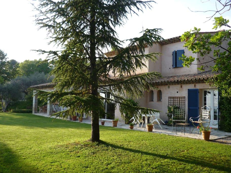 terrasse et jardin de la maison principale
