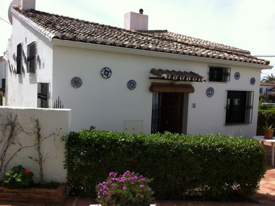 Typical Spanish house in small beachfront urbanisation, direct access beach and near pool!
