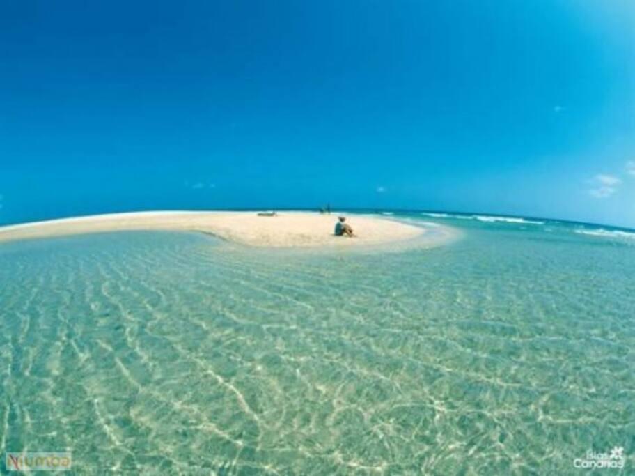 La Villa está situada a 200m. de la playa de Sotavento, en Jandía.