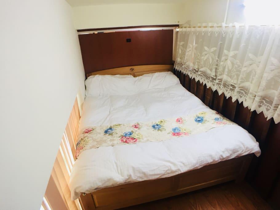 光線灑在房內。新的實木床。蕾絲點綴房間真的很棒,期待您入住。