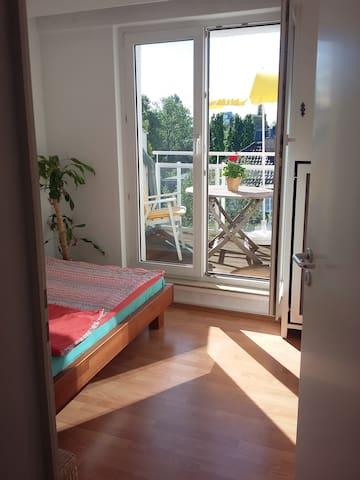 Zimmer mit Terrasse-close to old town,airport,fair