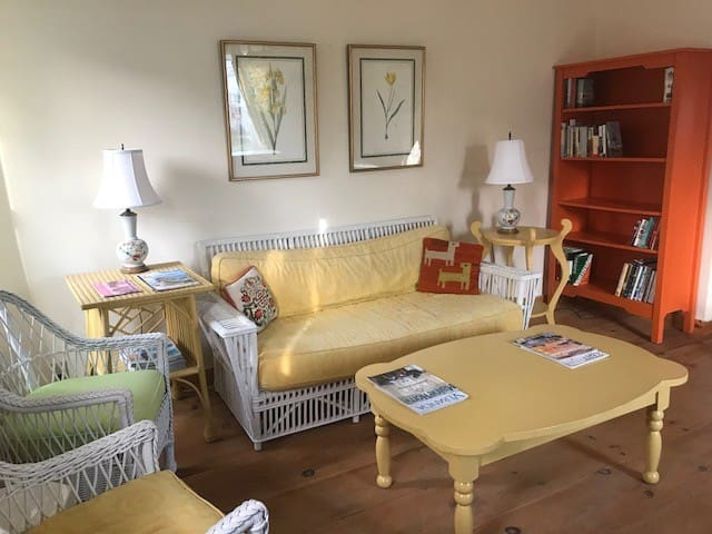 Affordable Rustic Apartment Walk to Town and Ferry