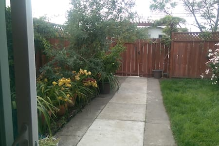 Sunny and private stand alone room - Oakland - House