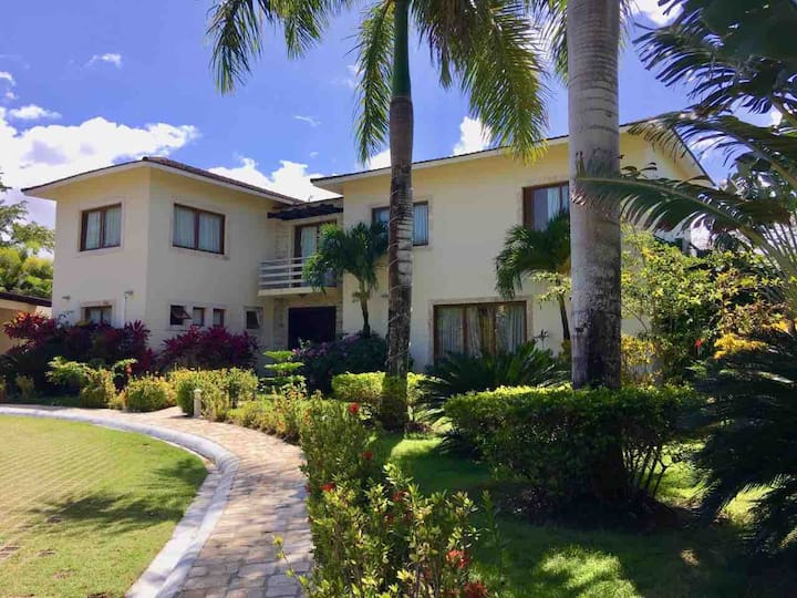 Stylish guestfriendly 4BD villa close to the beach