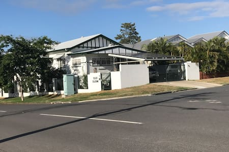 Self contained unit conveniently located - Gordon Park - Huoneisto