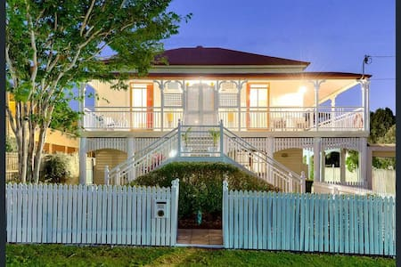 Picturesque Queenslander with Pool - Morningside