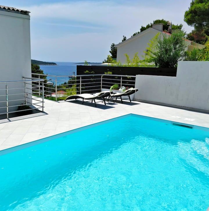 Spacious Apartment with Sea View and Swimming Pool