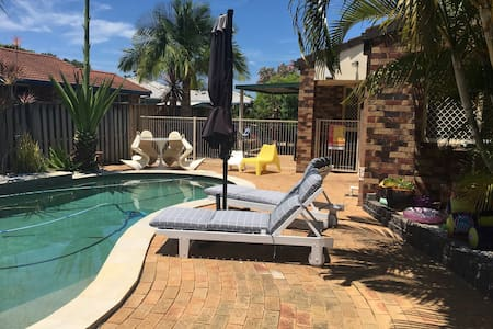 Great family home with pool! - Varsity Lakes