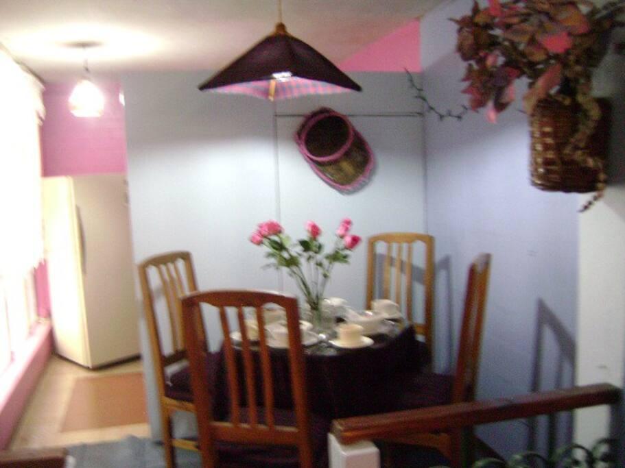 Comedor estilo Escocés, para 4 personas. Colores fucsia y celeste pastel