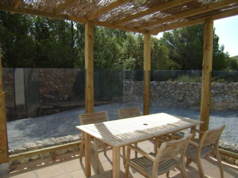 overdekte patio met glas afscherming