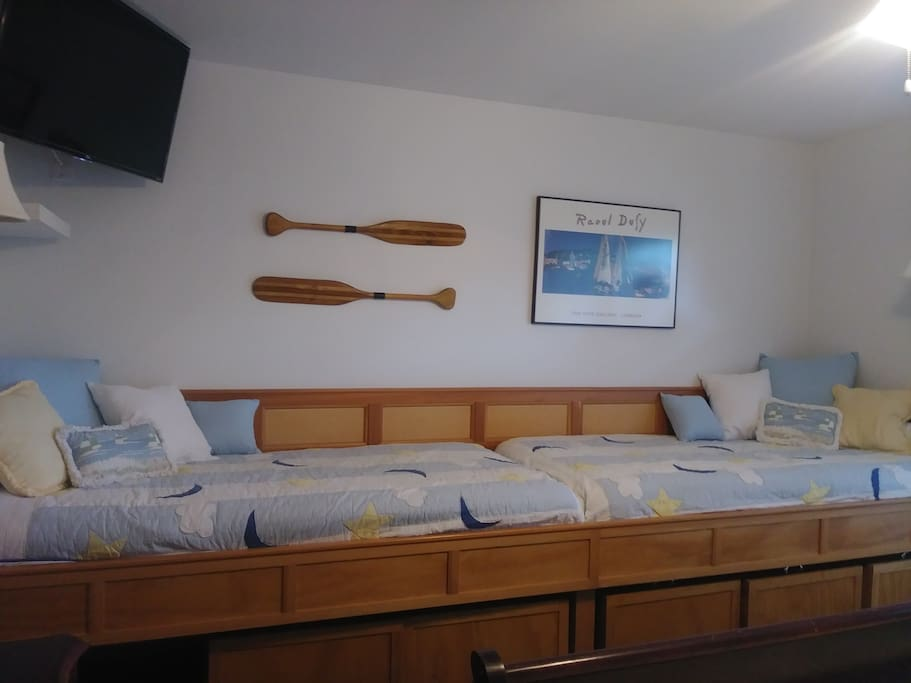 2 twin beds in guest room