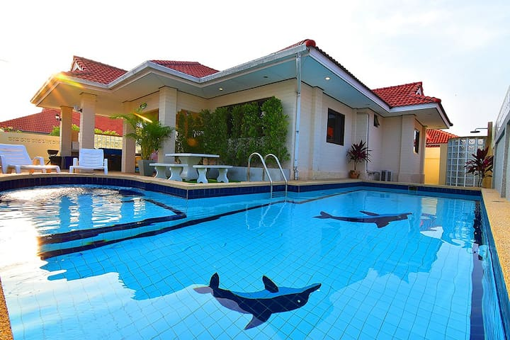 Cool beach house and private pool (Covid-19 free)
