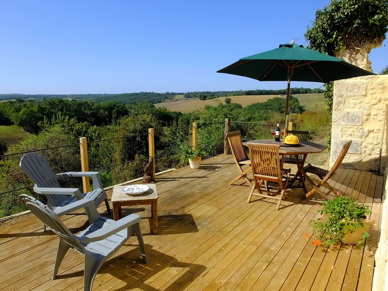 Large rear deck overlooking spectacular views.