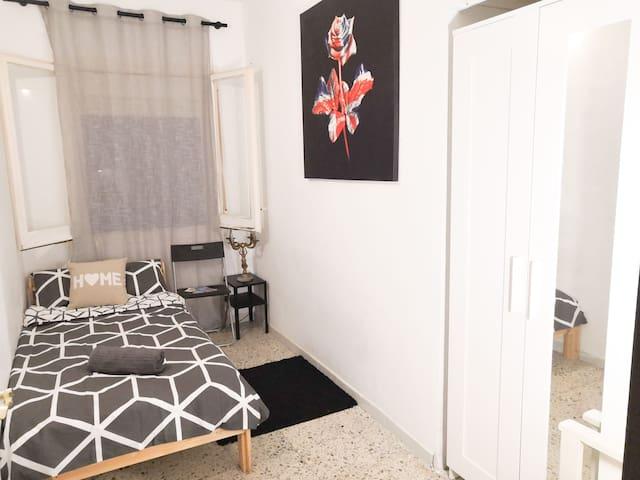 Private, cozy room near Plaza de España