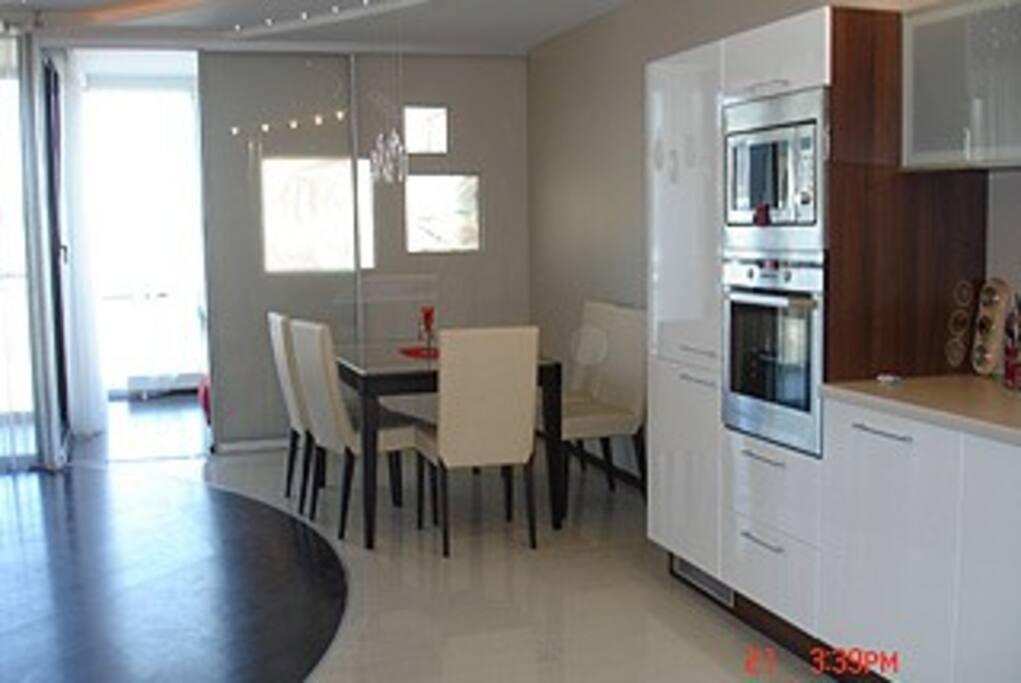 Гостинная комната и кухня