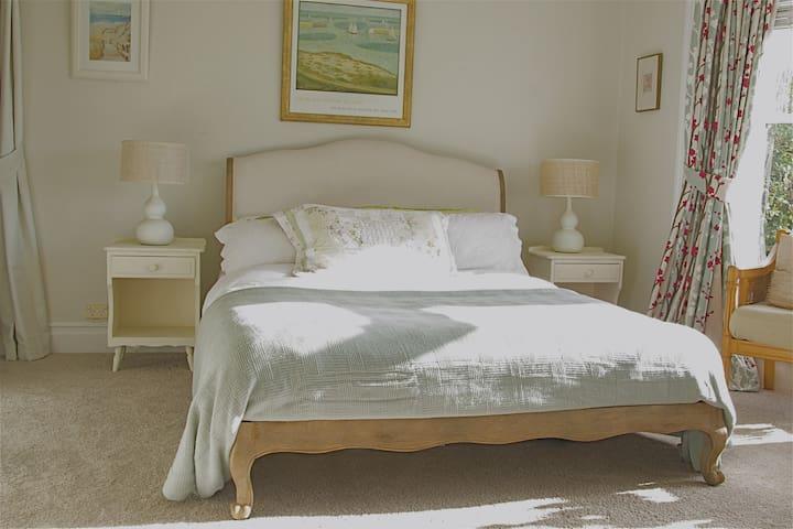 Comfy NZ queen, memory foam mattress!