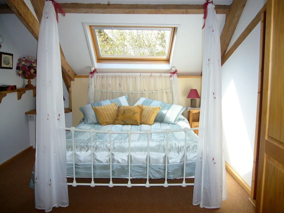 Kingsize fourposter in main bedroom which has an en suite bathroom