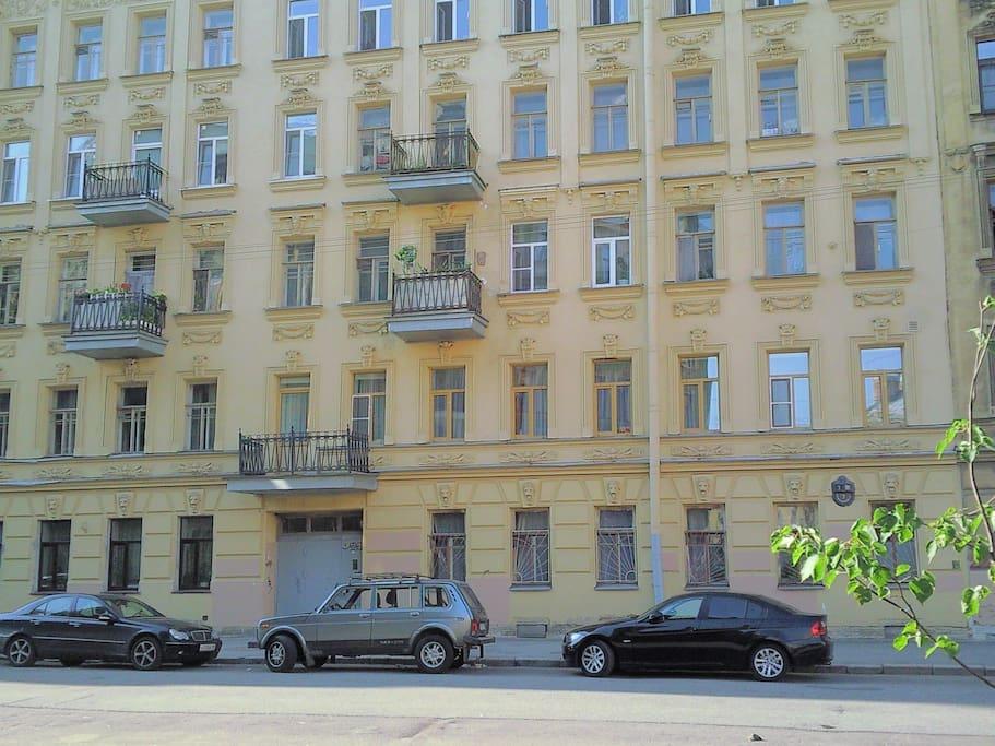 вид на фасад здания (2-й этаж с балконом)
