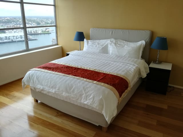 Water view CBD apartment with 4 beds & 2 bath