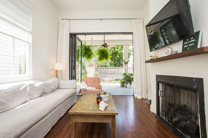 Modern home Upt near Audubon for any night stay!