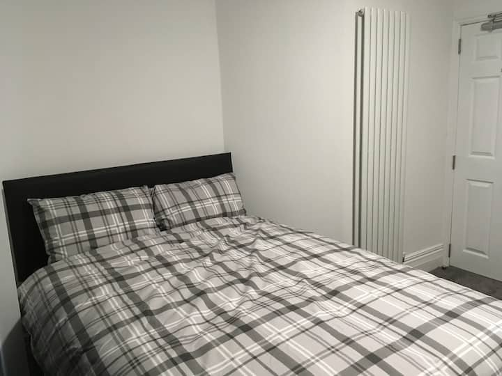R6- Room in shared house 10 mins from city centre.