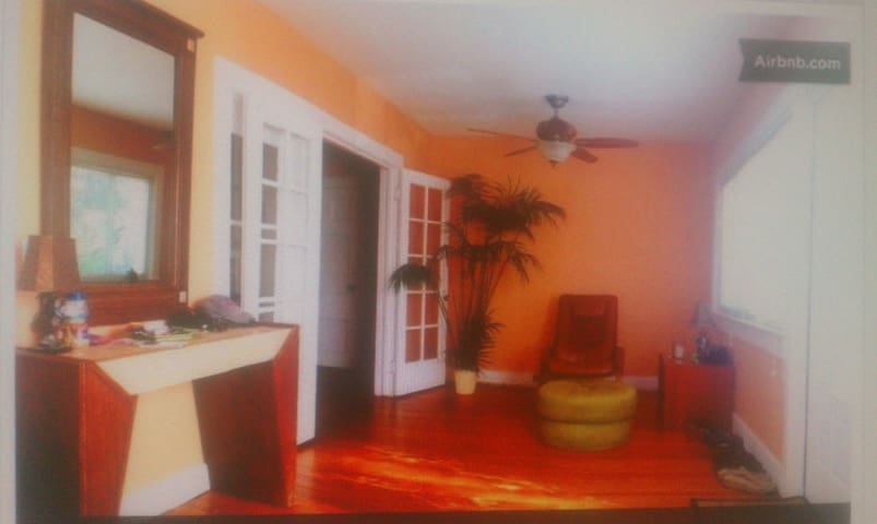 SPACIOUS 2/1 COTTAGE WALK TO BEACH - Lake Worth - Rumah