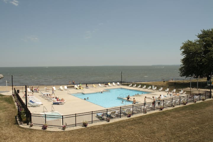 Right on Lake Erie, steps from the Jet Express - Port Clinton - Condominio