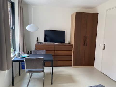 Kamer, dakterras, eigen badkamer en parkeerplaats