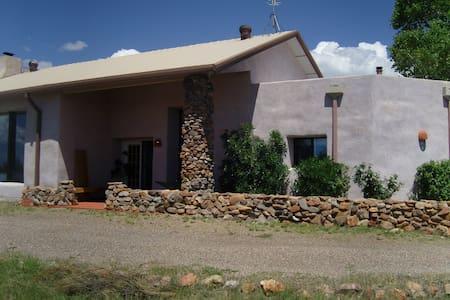 Hilltop artistan strawbale hacienda - Nogales - Maison