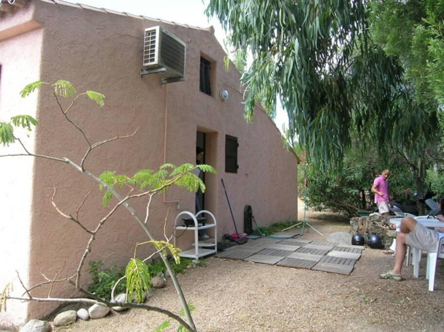 façade avec mobilier de jardin