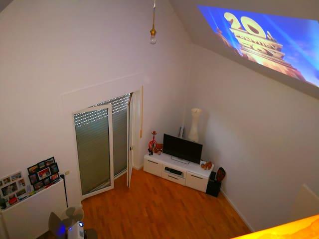 schicke HEIMKINO-2-Zimmer-Wohnung