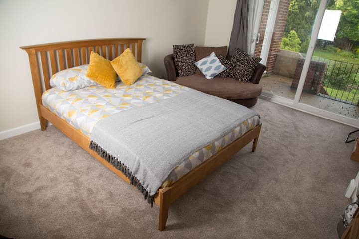 ⭐Huge room 100MB wifi,King bed 10mins to city R5⭐