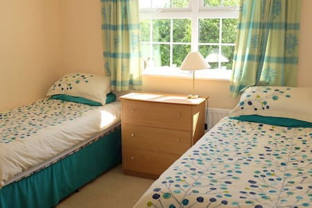 Delightful room with twin beds. - Barton on Sea