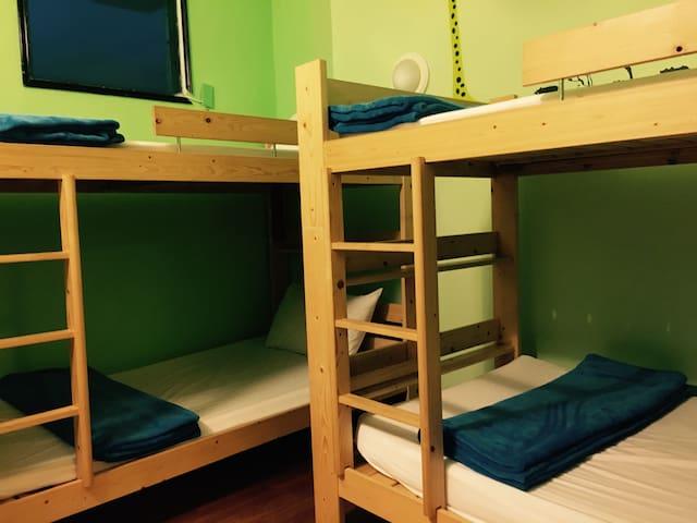 綠島民宿。八人上下舖。背包。雅房。hostel