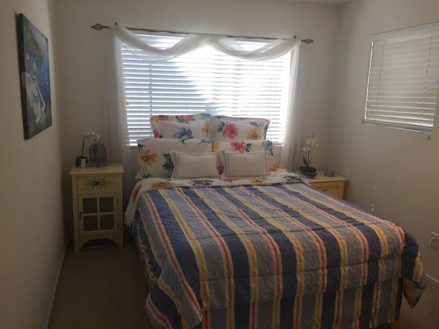 Cozy private bedroom and bath in Gated Community - Westlake Village - Talo
