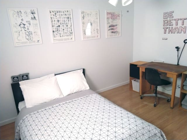Guest Bedroom With Shared Bathroom In Old Town