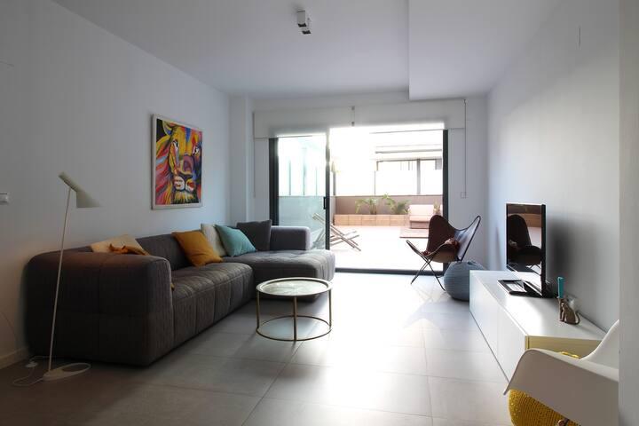 Apartamento minimalista con terraza y piscina