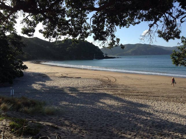 Stunning Coro Bach + free breakfast- 3 bedrooms! - Waikawau - บ้าน