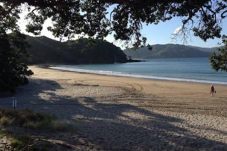 Stunning Coro Bach + free breakfast- 3 bedrooms! - Waikawau - 一軒家