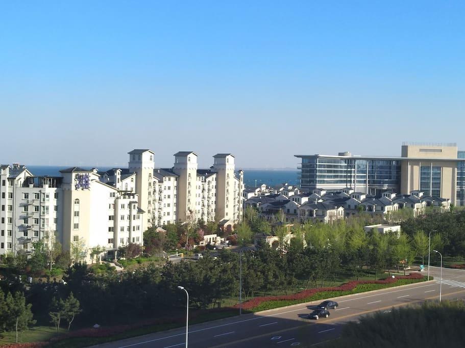 阳台休闲区,坐在阳台可以看见不远处的海面。