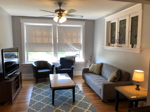 Heart of the Grove, Forest Park Spacious Apartment
