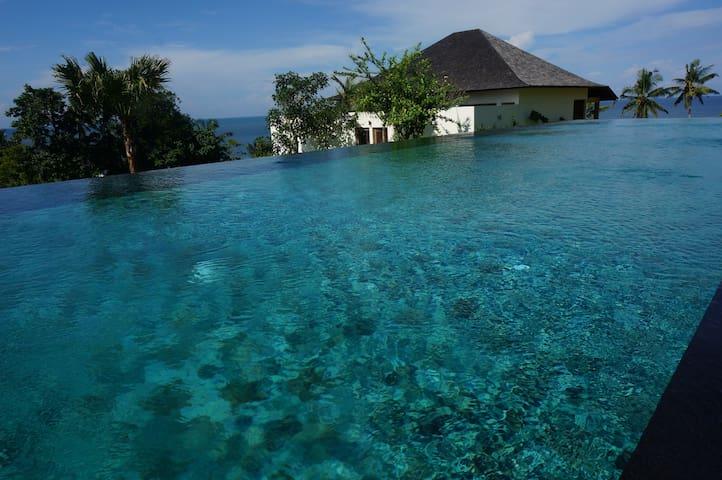25 m infinity pool falling in the Indian Ocean