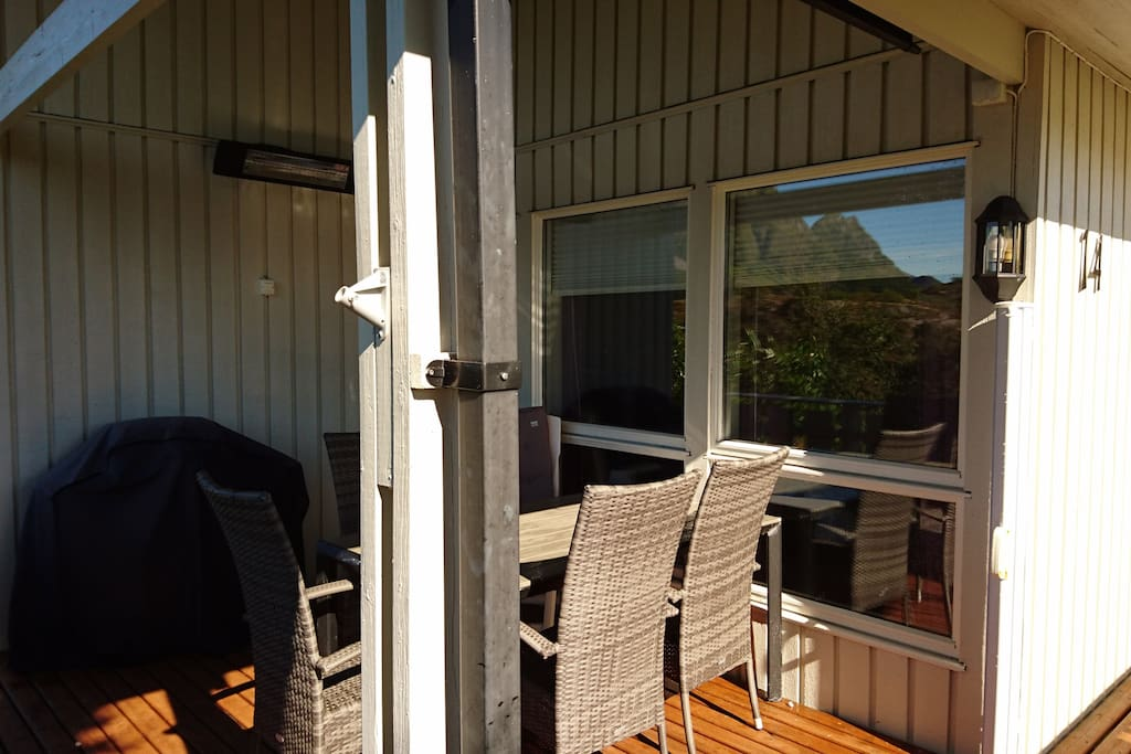 Terrasse med tak over,  terrassevarmere og grill