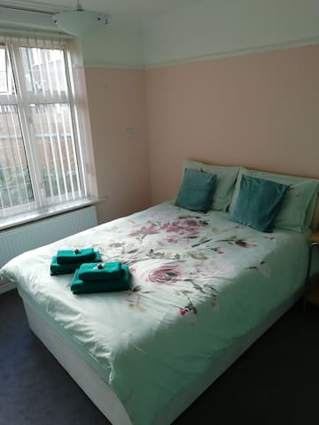 Large double bedroom near Morden/St Helier BR