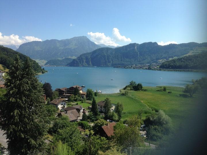 Ort der Ruhe mit See- und Bergsicht