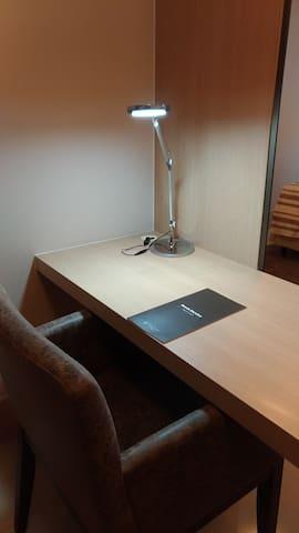 Mesa de estudos com iluminação direcionada