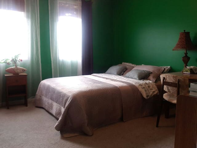 Queen Bedroom close to Lisgar GO - Mississauga - Hus