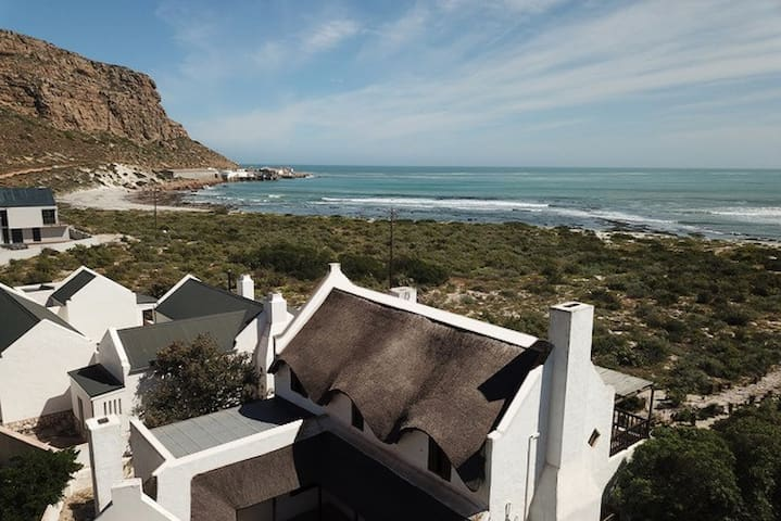 Wind-shielded beach villa w/braai and wifi