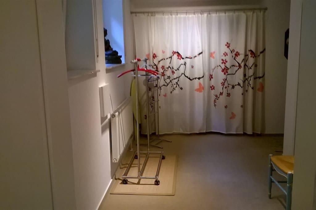 Vorraum mit 2 Stühlen, Regal, Kleiderstange