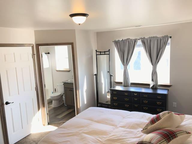 Comfortable Queen suite near DWNTWN w/amenities